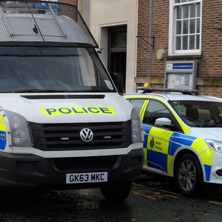 Kent Police van and car (Editor5807 [GFDL (http://www.gnu.org/copyleft/fdl.html) or CC BY 3.0 (https://creativecommons.org/licenses/by/3.0)], from Wikimedia Commons)