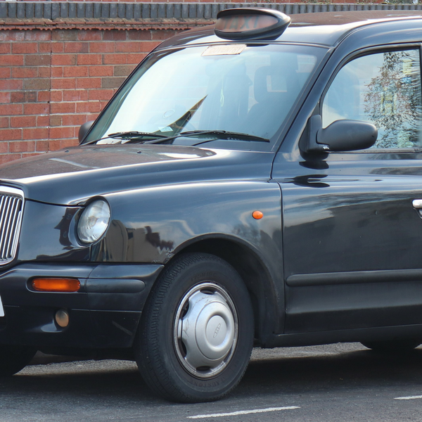 Black taxi (Vauxford / CC BY-SA (https://creativecommons.org/licenses/by-sa/4.0))